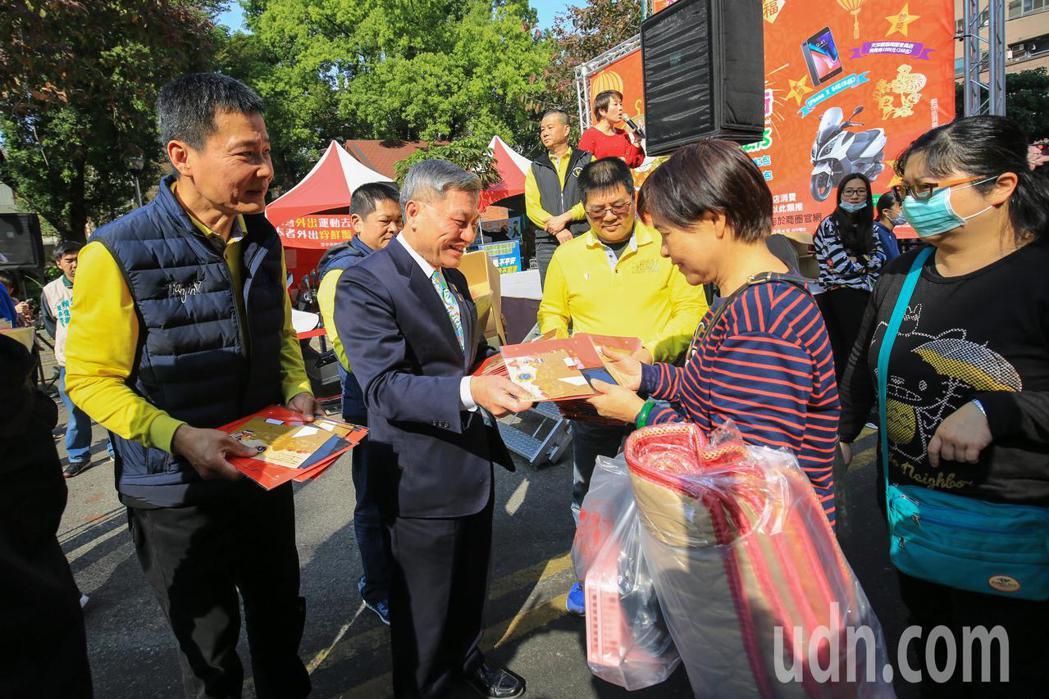 台中市副市長張光瑤到天津商圈發送888個開運紅包,也抽出300c.c重型機車、i...