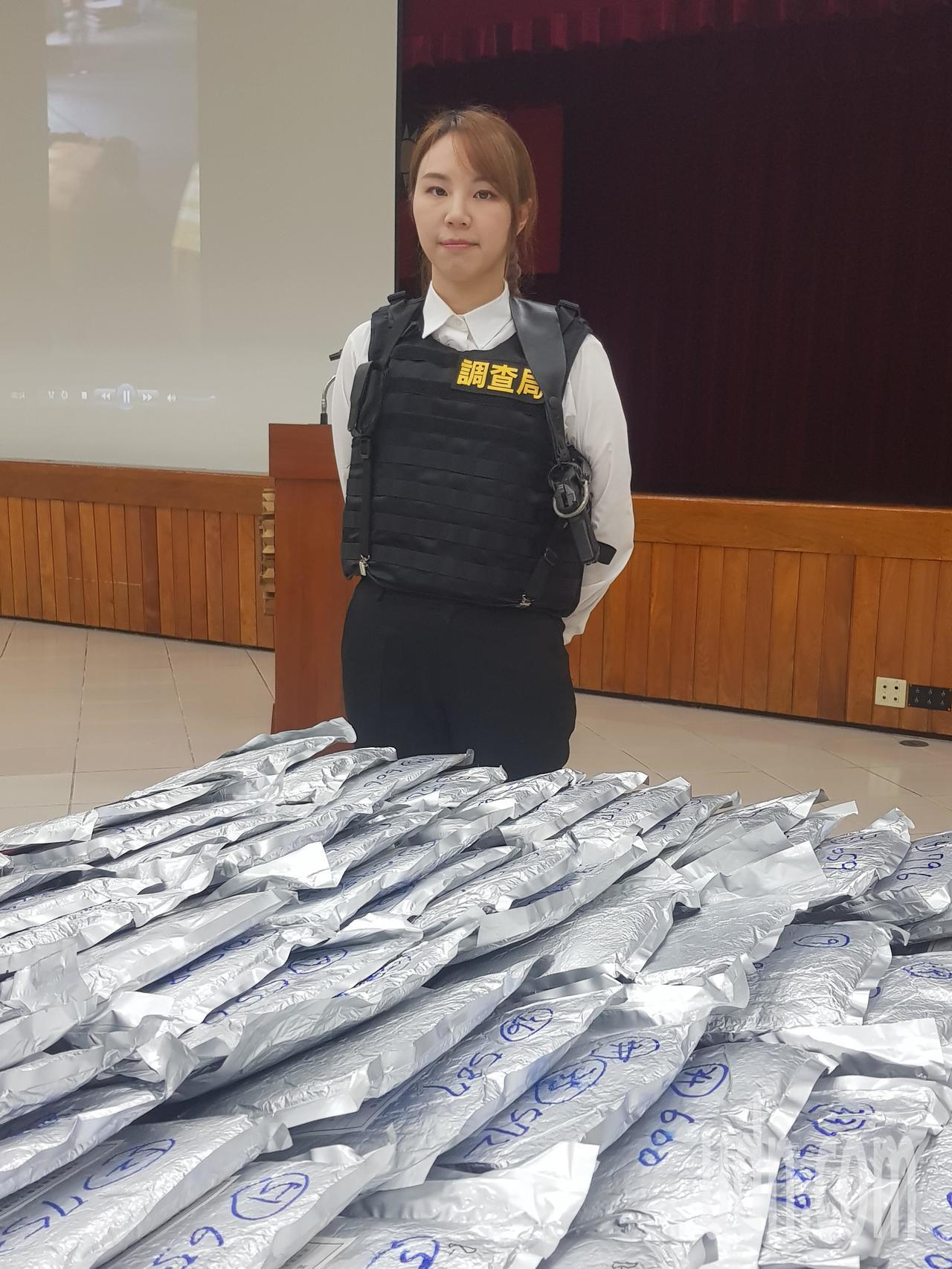 台北市調查處美女調查官羅邦瑜展示新型防彈背心。記者張宏業/攝影