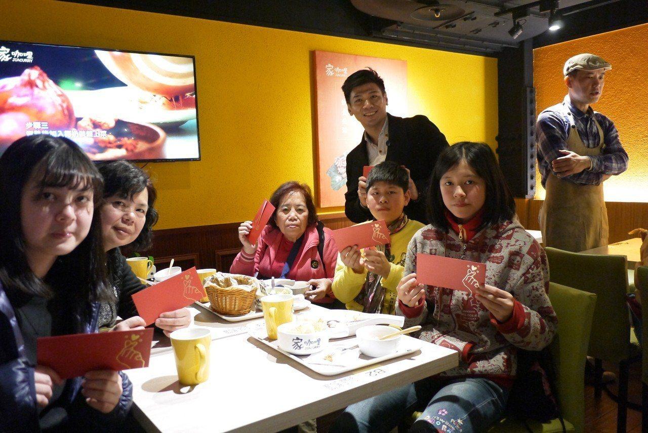 ATT筷食尚小年夜邀請館內「家咖哩」共同響應幸福好食公益活動,今天中午先邀40名...