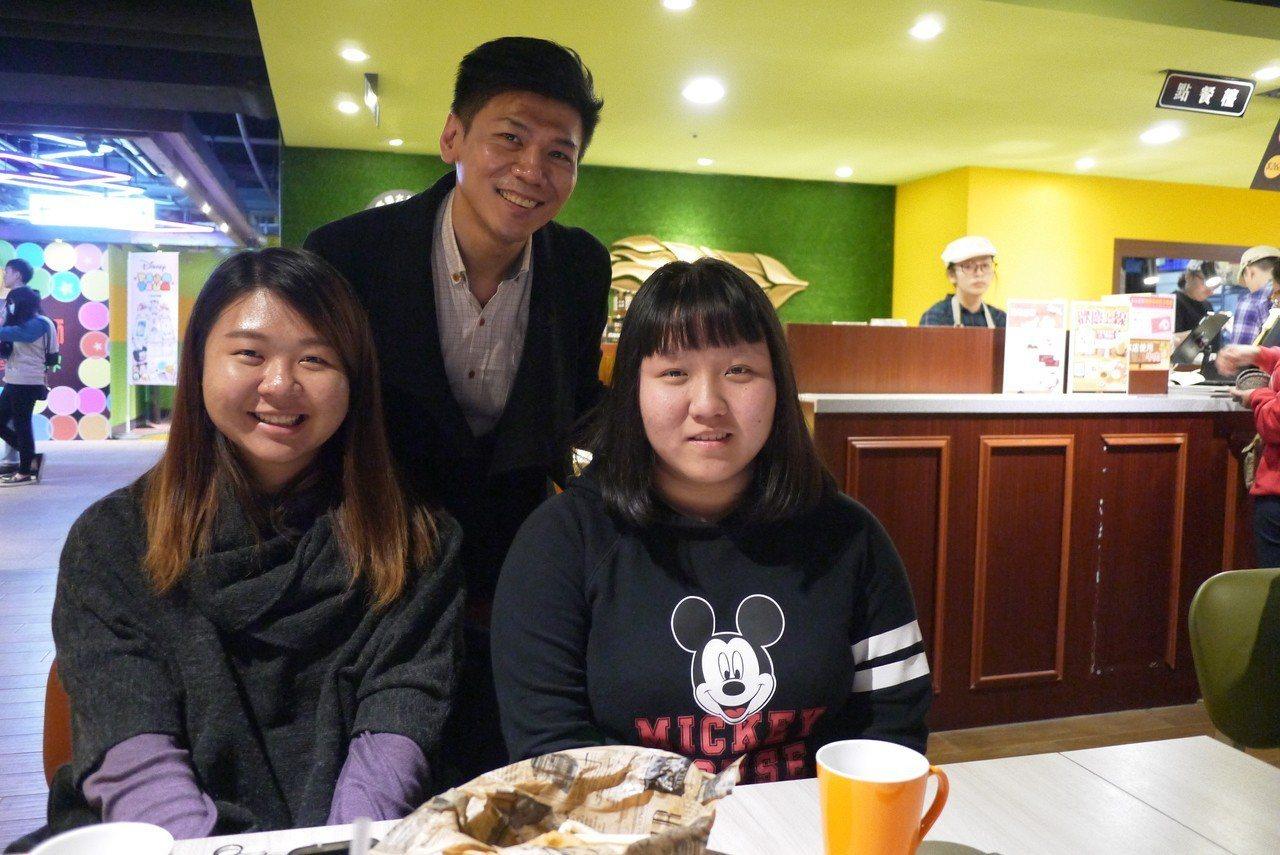 女大生小鈺(左一)與妹妹今天獲邀前往「家咖哩」餐廳用餐,與ATT筷食尚行銷經理潘...