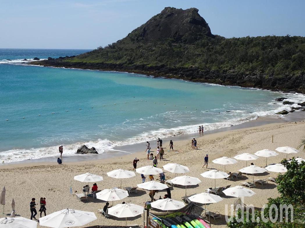 明天是農曆除夕,屏東墾丁出現遊客潮,遊客在遊憩沙灘開心戲水,享受溫暖和煦的冬陽。...