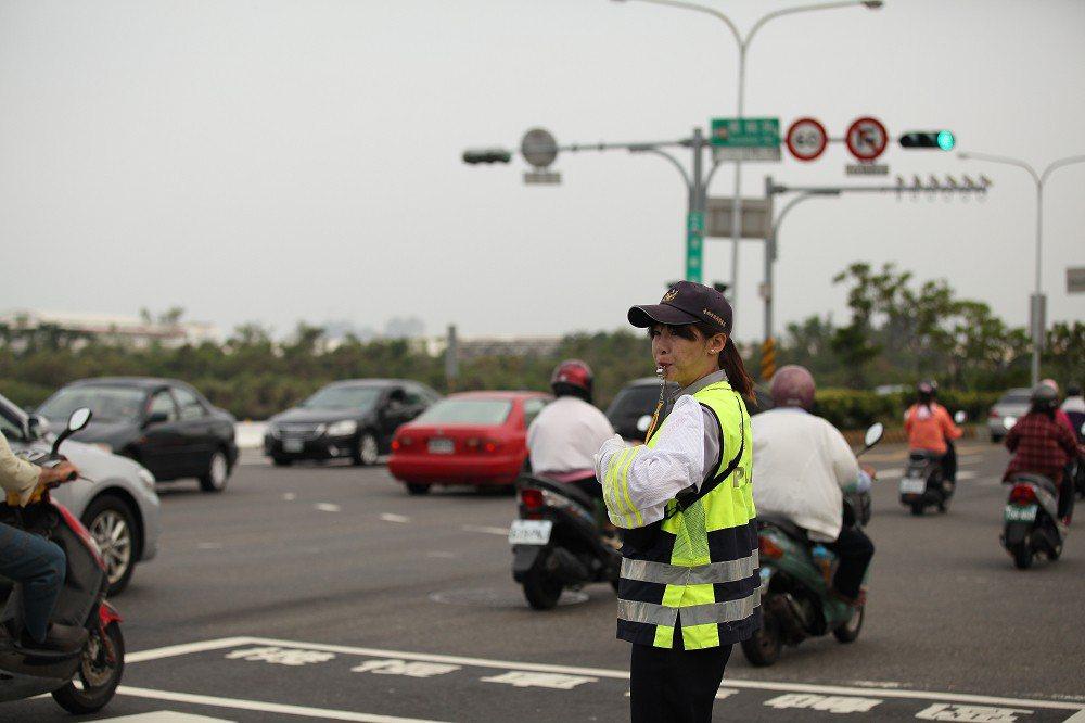 台南市交通大隊等為疏導春節交通,今天起至本月20 日止,規劃 252 處交通崗,...