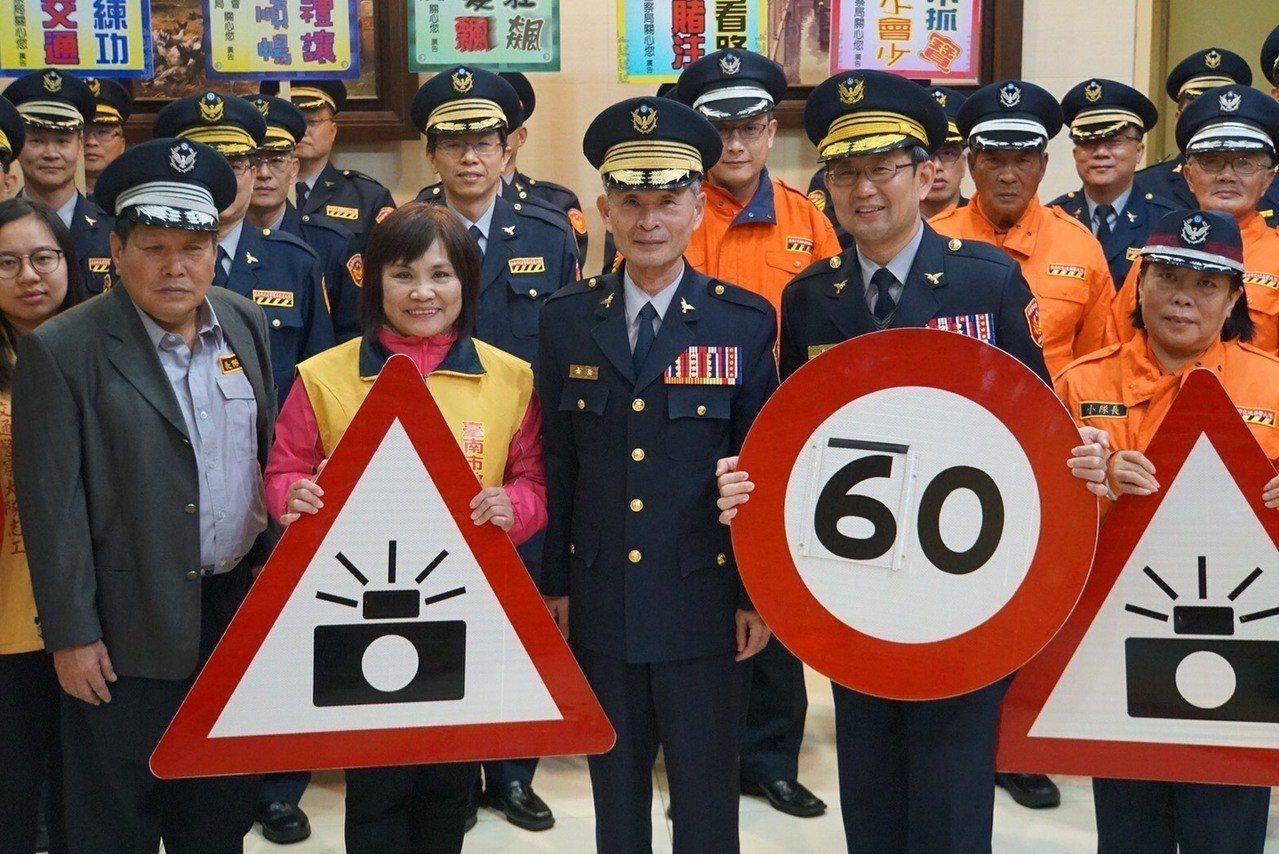 台南市交通大隊等提醒駕駛,切勿超速及酒後駕車,才能行的順暢,避免發生交通事故,安...