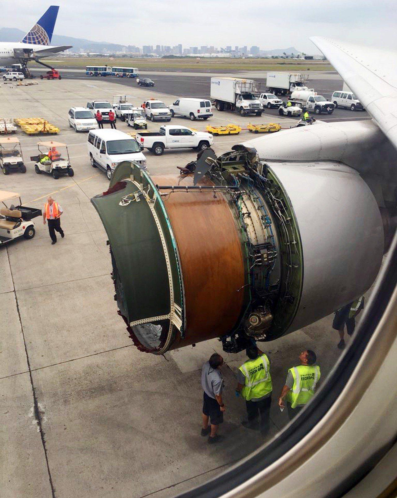 從舊金山起飛的聯航1175航班在檀香山平穩降落後,停機坪上的工作人員正在檢視整流...