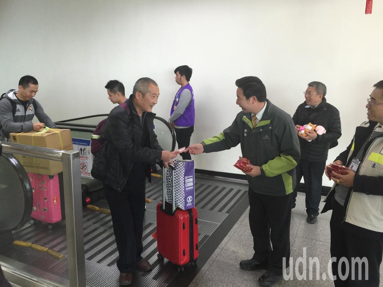 金門縣長陳福海到機場歡迎鄉親返鄉,並發送紀念品,讓鄉親笑開懷。記者蔡家蓁/攝影