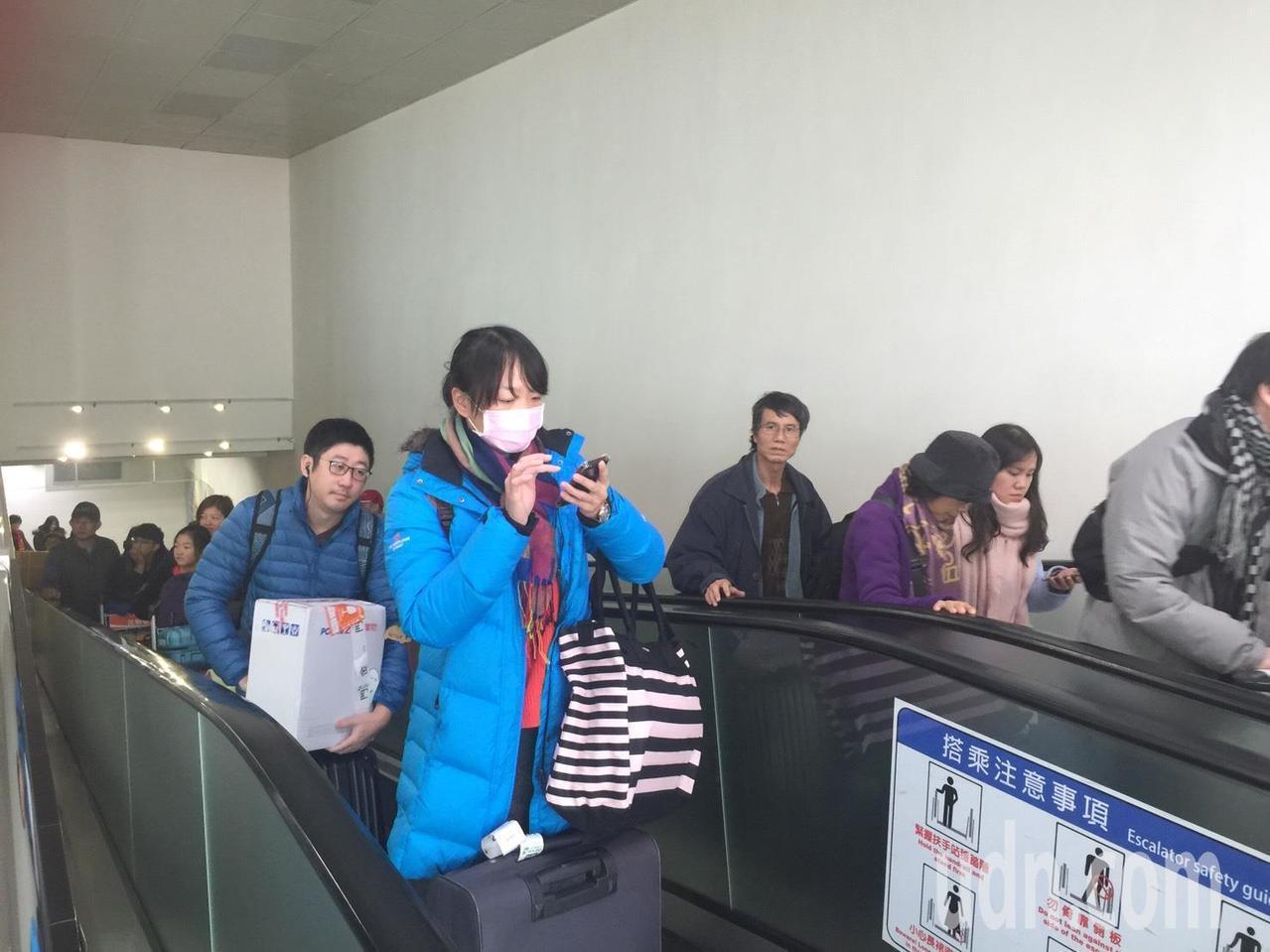 金門尚義機場一早就湧現返鄉人潮,所幸天氣好,輸運一切正常。記者蔡家蓁/攝影