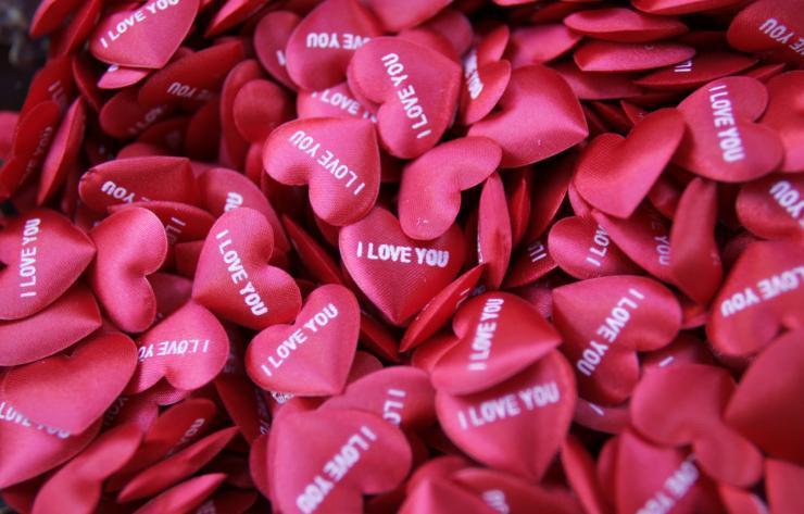 在情人節這天,世界各地會用不同方式慶祝這個特別的節日,或向心儀對象表達愛意。(路...