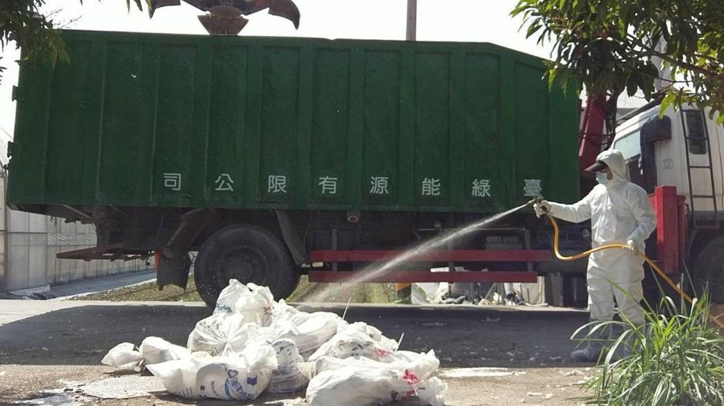 家畜所人員到養鵝場消毒。圖/嘉義縣政府提供