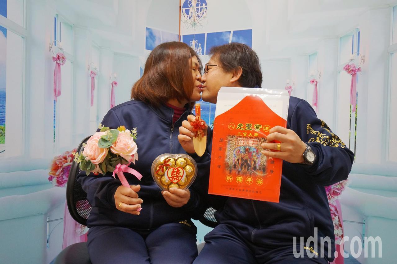 「姐弟戀」新人41歲賴明吉、49歲蕭美華,皆在中壢從事宅配貨運,兩人每天騎過大街...