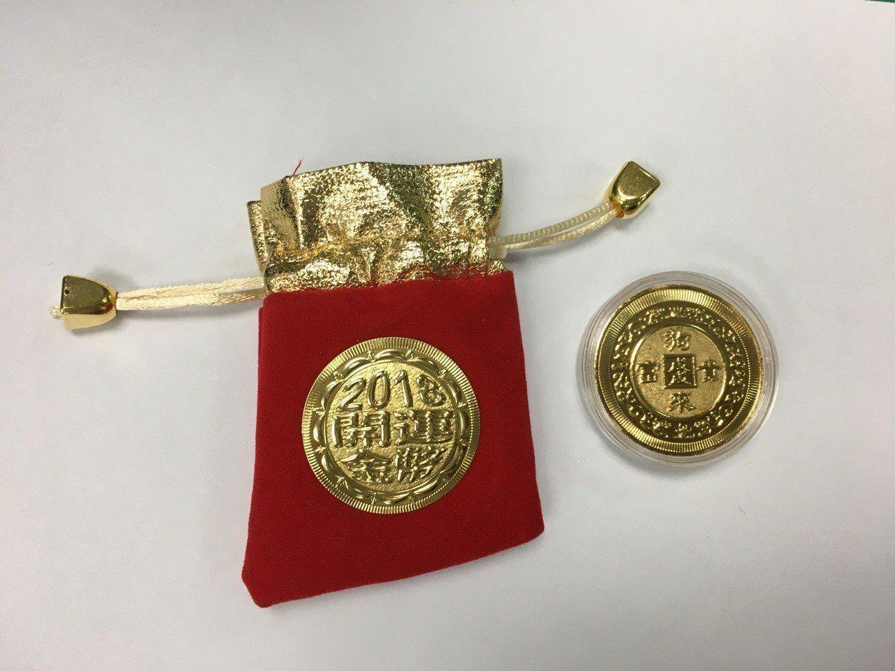 警方致贈的狗年宣導金幣。圖/警方提供