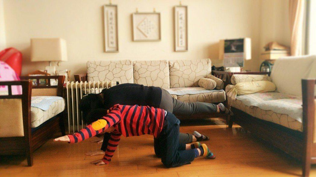 「狗」,搭配今年狗年,肢體近端的穩定訓練。圖/院方提供