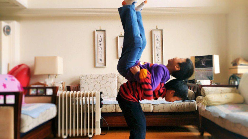 「抱」,換個角度抱抱,也換個角度看世界,上下兩個人的穩定度都要足夠。圖/院方提供