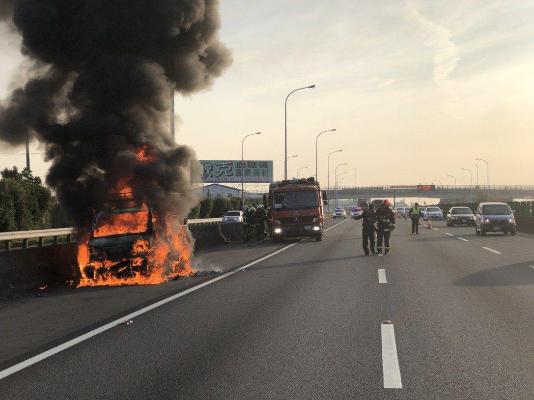 今天下午4時許,國道一號北上后里路段發生火燒車意外,現場濃煙沖天,引發一陣虛驚。...