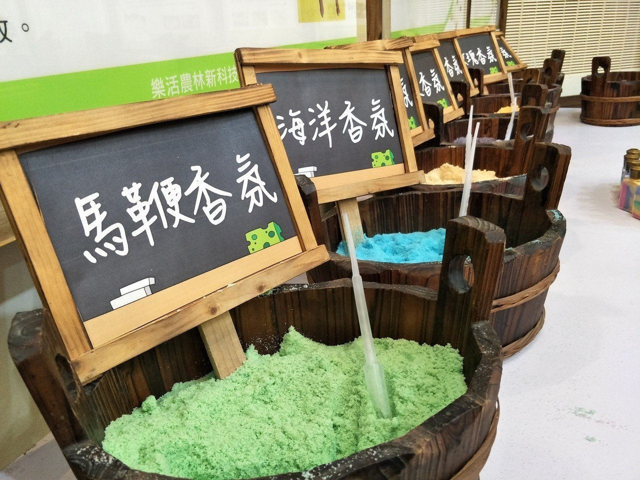 現場展出的七彩沐浴鹽。記者謝進盛/攝影
