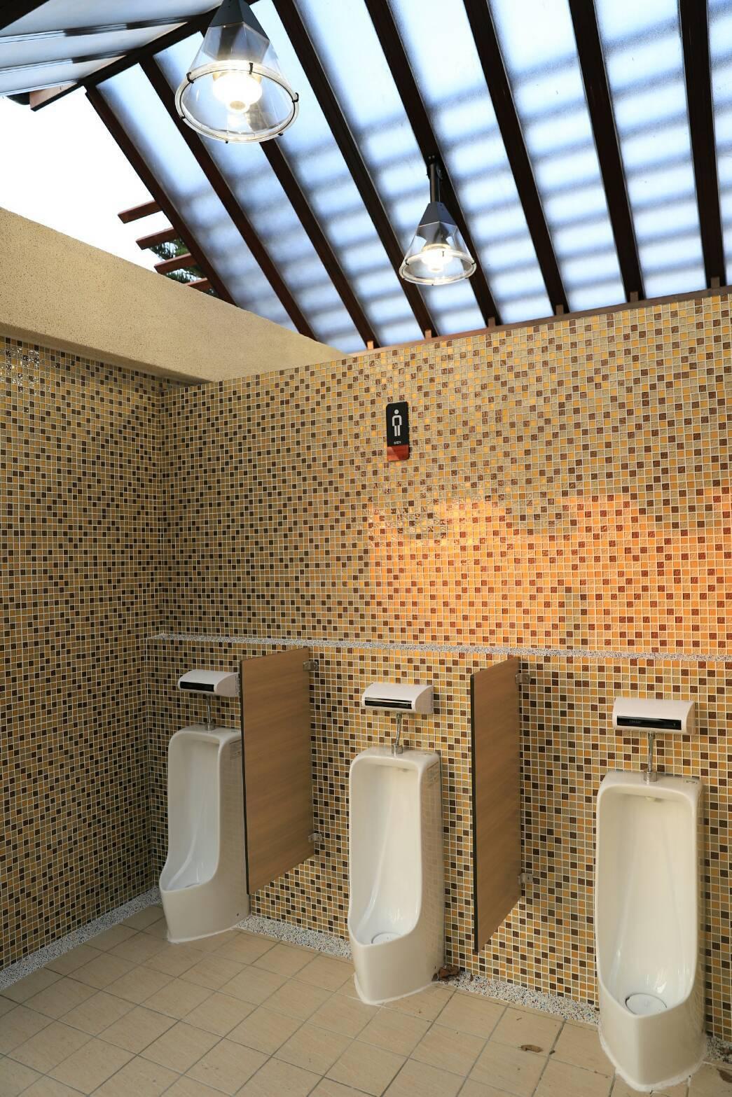 中壢青塘園打造五星級公廁,男廁空間煥然一新,還有挑高採光。圖/市府提供