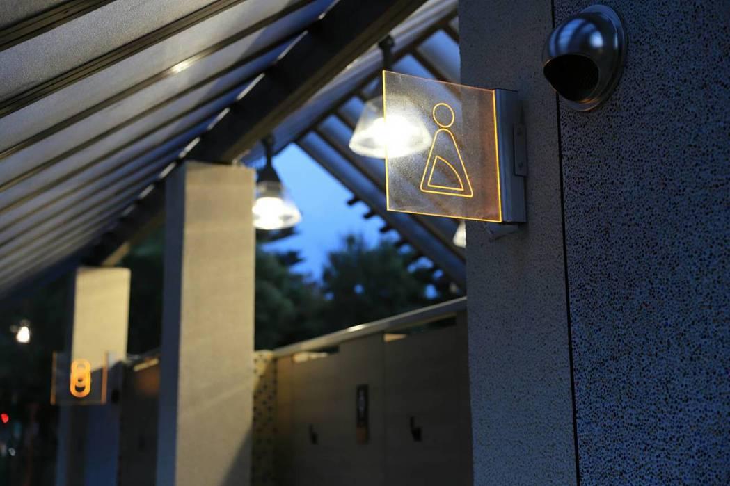 中壢青塘園打造五星級公廁,不僅挑高採光通風好,還有燈飾增加照明,夜晚上廁所也不用...