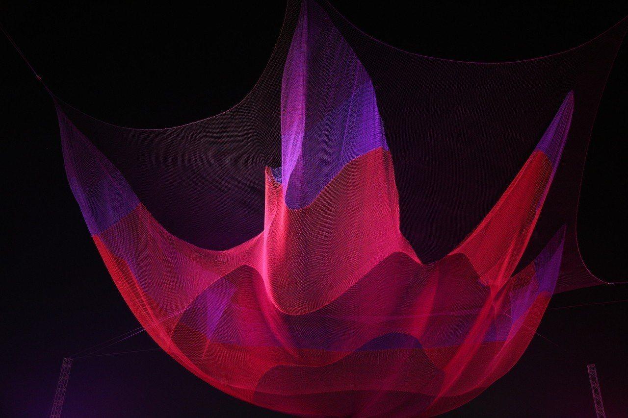 走進燈會「懸空藝術燈區」遙望夜空,一縷絢彩薄紗隨風飄舞,是美國藝術家Janet ...