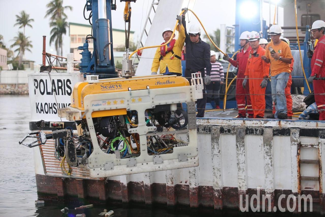 寶拉麗絲號工作人員出動黑鷹號探測任務前,先將水下無人載具吊掛放入海中測試。記者劉...