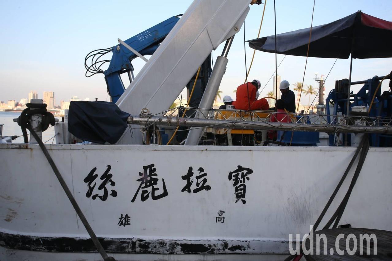 高雄海洋探測船寶拉麗絲號在小年夜出勤,參與黑鷹號打撈前探勘作業。記者劉學聖/攝影