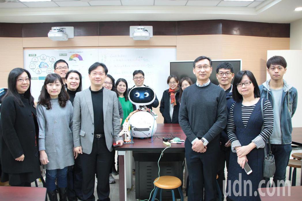 桃園市永豐高中和內壢國中教師團隊合作,首度嘗試結合物聯網、人工智慧,讓機器人融入...