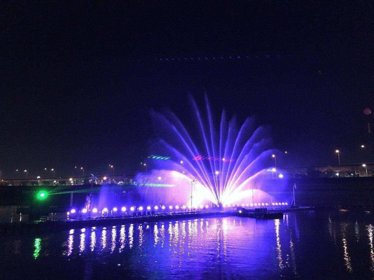 南投燈會首場水舞秀今天登場,從浪漫情人橋往下眺望,五顏六色的燈光隨著水幕變換萬千...