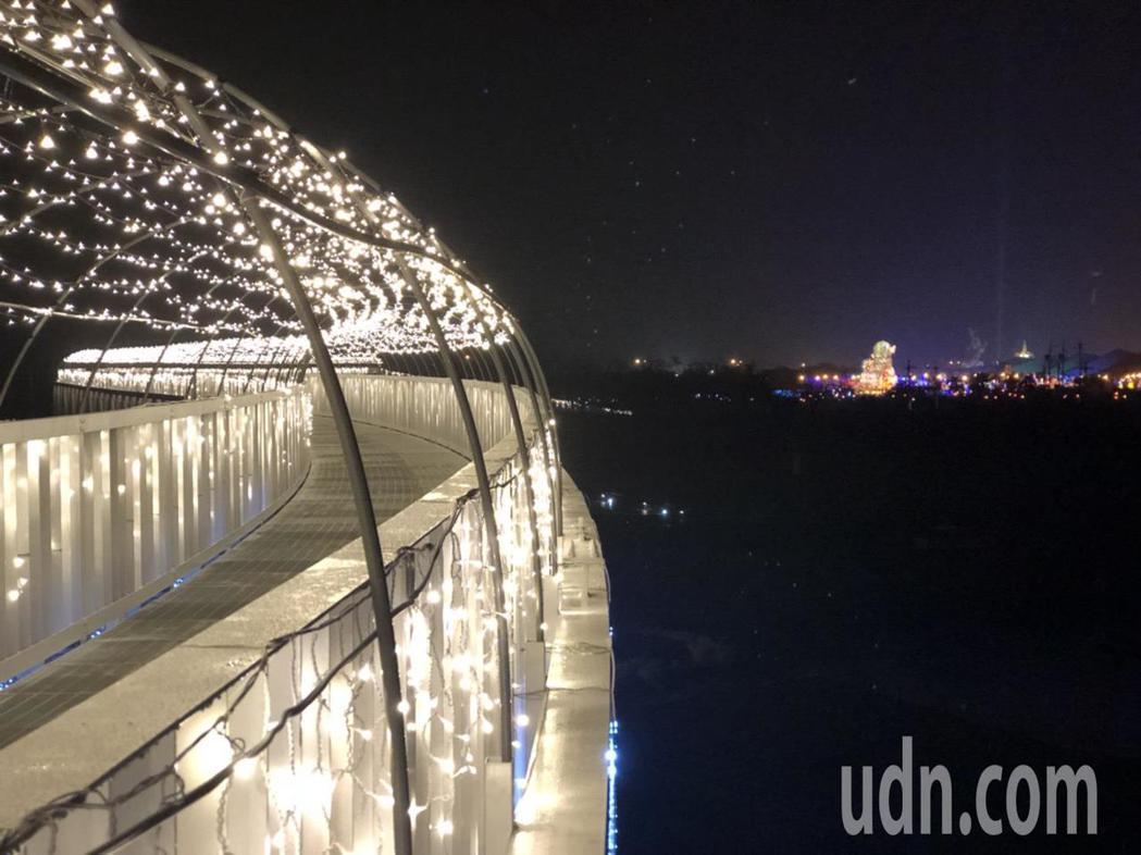 貓羅溪人行橋因為S型設計,夜間開燈化身為白色光橋,還可欣賞燈會主燈,吸引民眾感受...