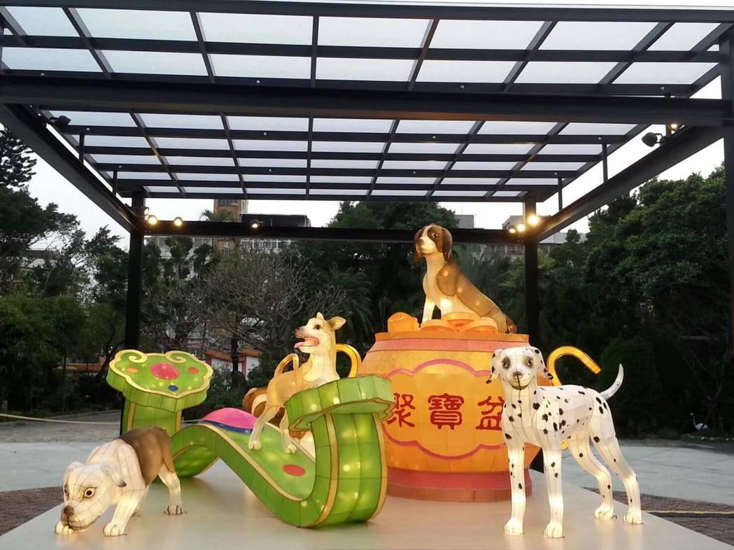 大龍峒保安宮今年邀請花燈藝師,以「狗年」為設計概念,製作主題為吉祥如意年年「旺」...