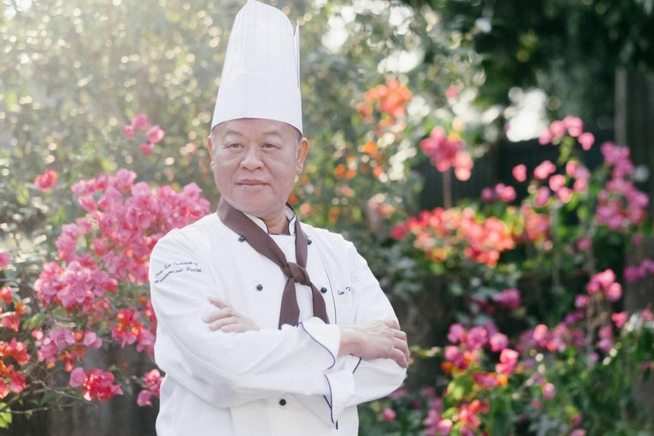 張明達為了推銷他的十大政見,穿廚師裝拍「達哥上菜,政見滿漢全席」影片。記者卜敏正...