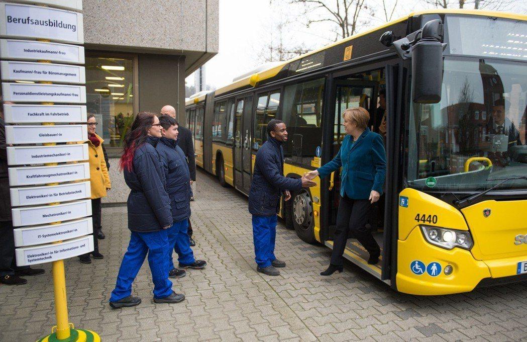 目前仍處於看守內閣總理的德國總理梅克爾(下車者)提出搭乘大眾運輸工具免費,藉此降...