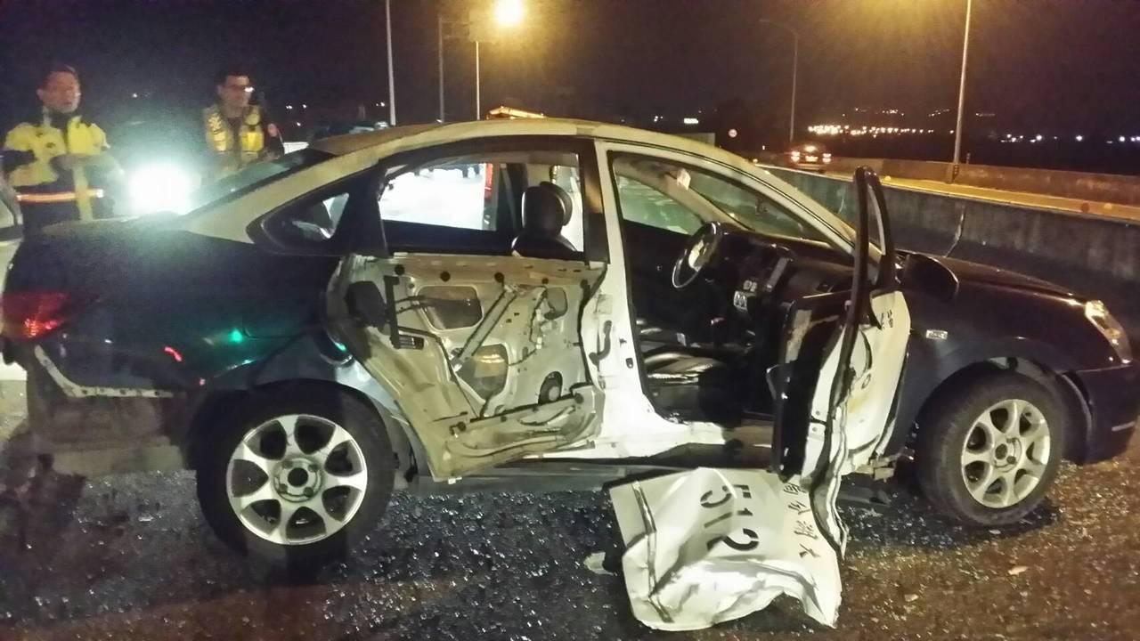 苗栗警車今晚處理自殺案,尾隨救護車送醫途中發生車禍,造成2人受傷。記者范榮達/翻...