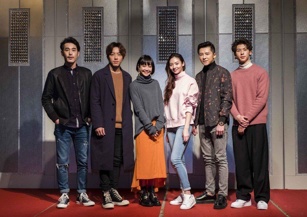 黃騰浩(左起)、謝坤達、謝欣穎、謝沛恩、李國毅、許光漢出席「1006的房客」殺青