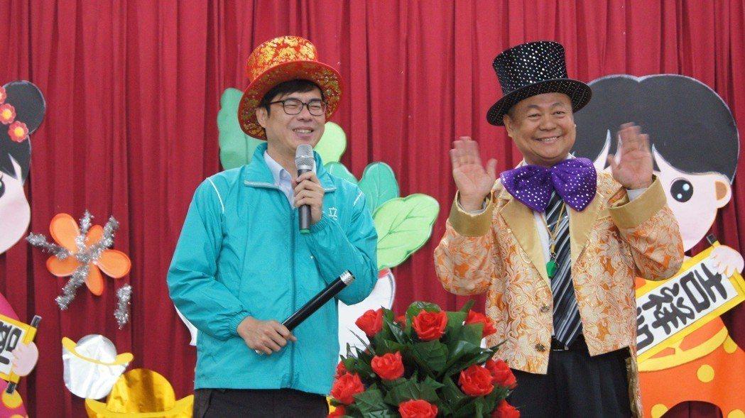 立委陳其邁(左)和魔術師曹錫榮為兒童之家的孩童表演魔術,陪孩子過小年夜。圖/立委...