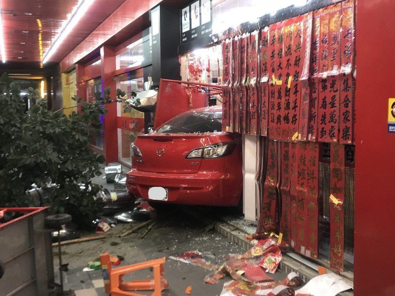 李姓老翁駕車撞進路旁檀香店,好在店內客人及時閃開。記者劉星君/翻攝