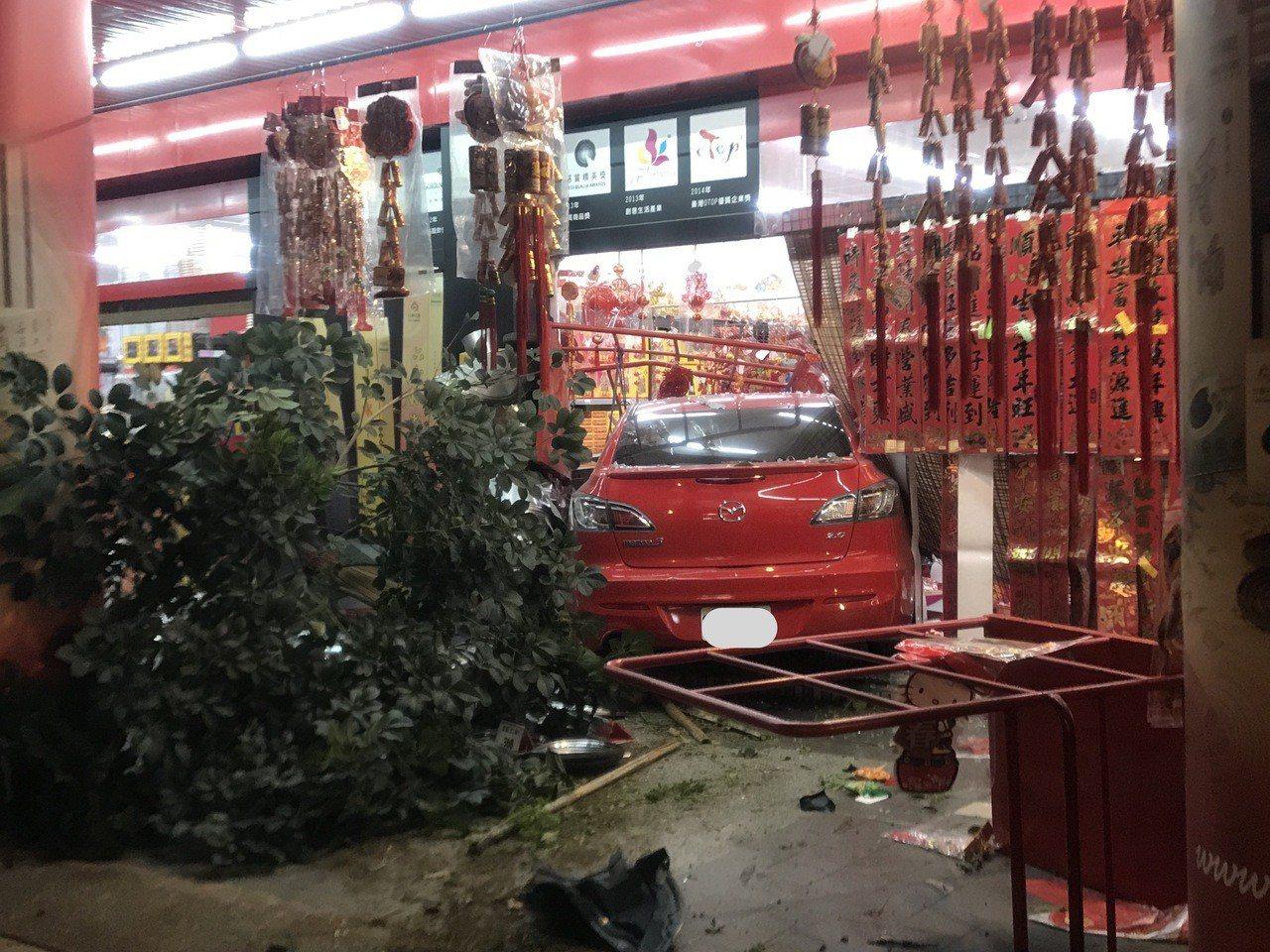 李姓老翁駕車撞進路旁檀香店,好在店內客人即時閃開。記者劉星君/翻攝
