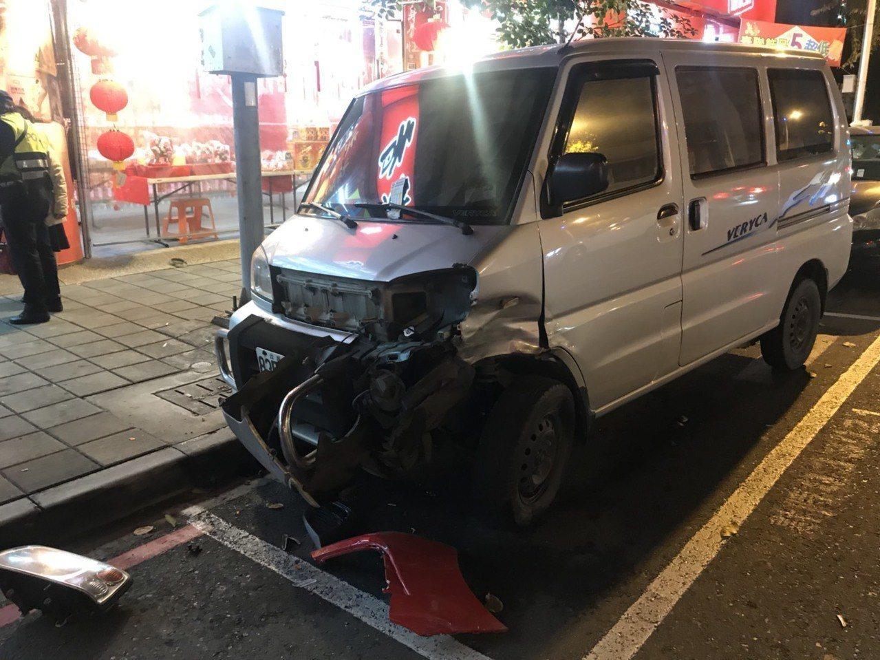 李姓老翁駕駛汽車衝進檀香店前,還先撞到停在路旁的貨車。記者劉星君/翻攝