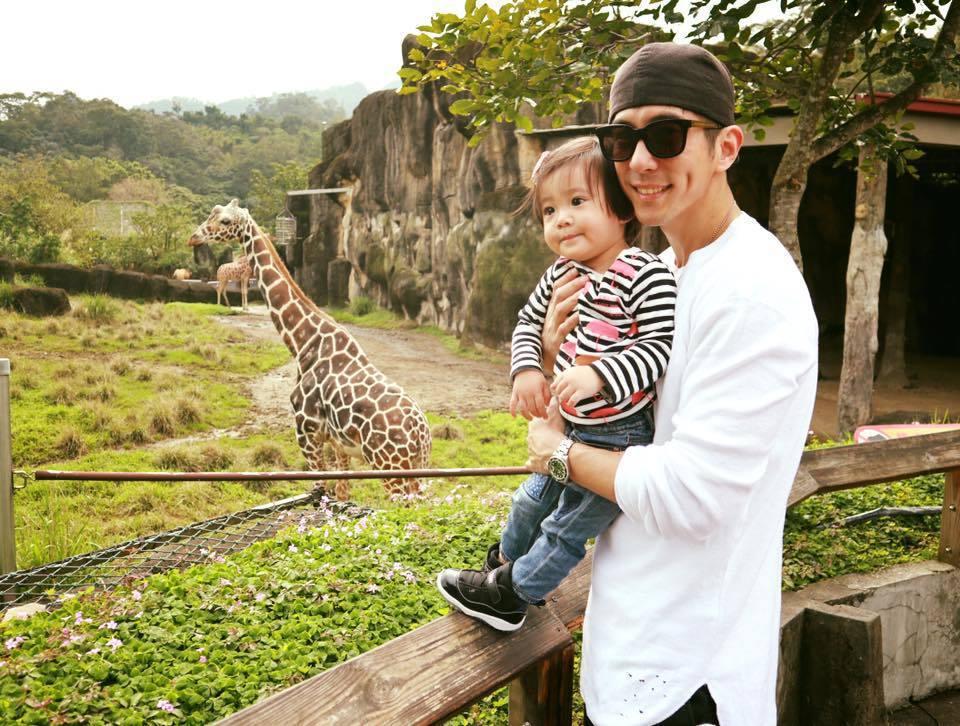 修杰楷曾PO出帶咘咘到動物園的照片。圖/摘自臉書