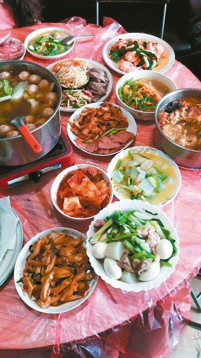 由於平常都外食,過年總是想煮幾道家常菜,另外買些現成下酒菜配著吃(見圖),搭配一...