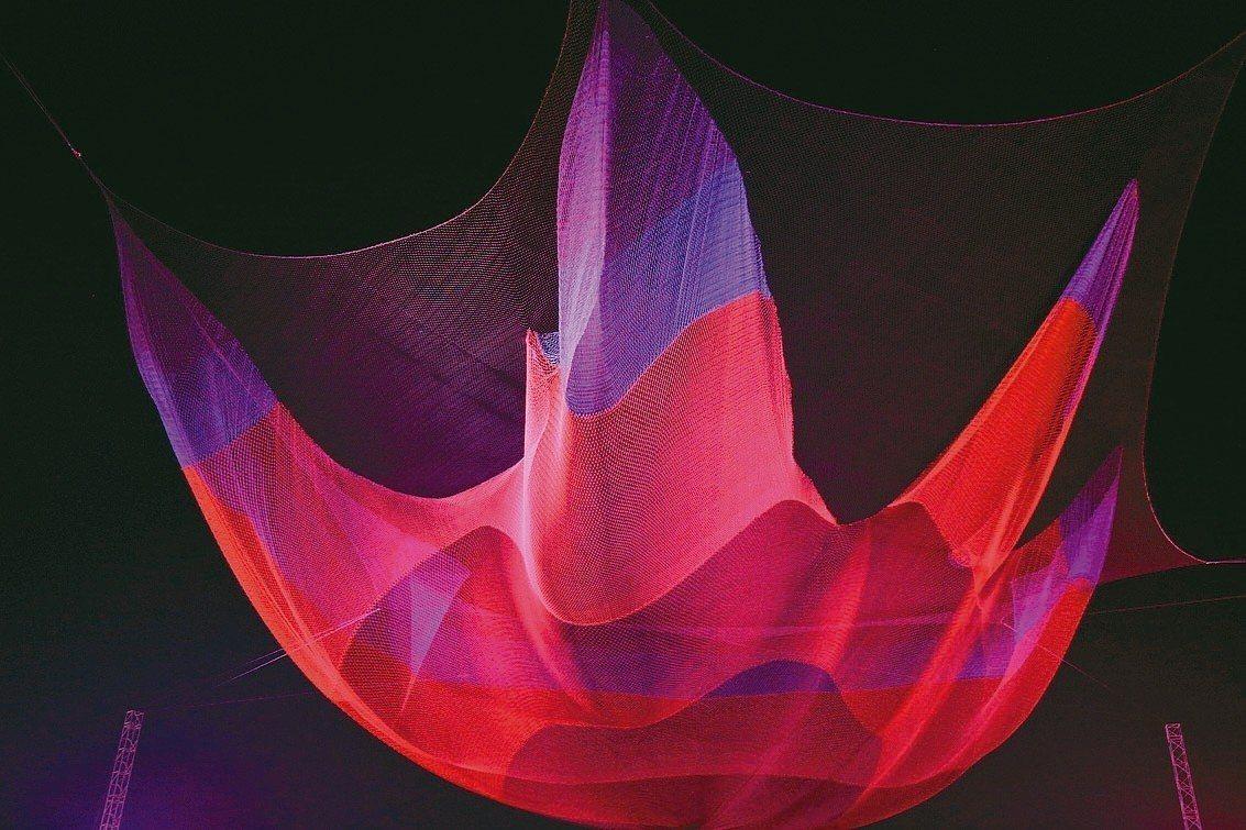 燈會「懸空藝術燈區」上空,創作者以織網編結懸掛空中,夜間以投射燈呈現變幻光影。 ...