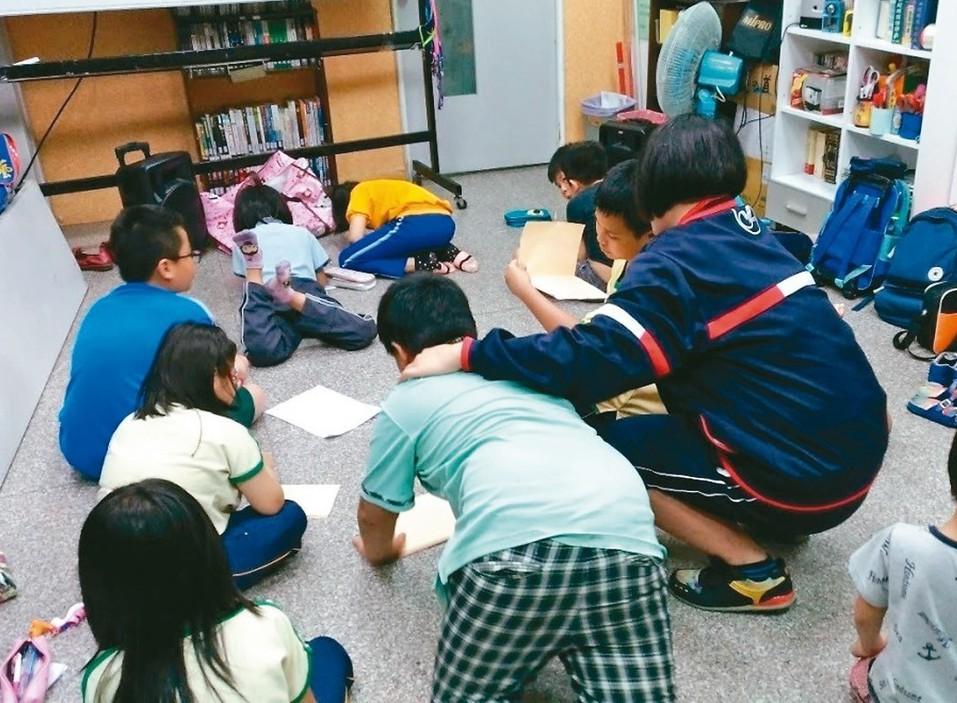 教育部97年起推動「夜光天使點燈專案」計畫,今年2月擴大辦理,增加為每周補助5天...