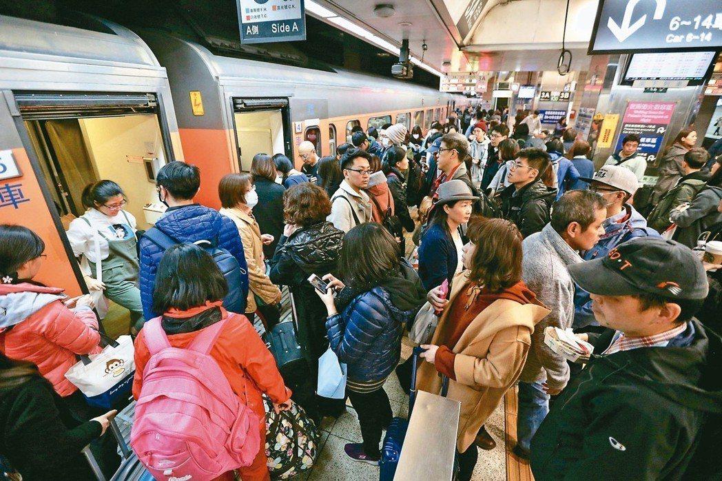 今天開始進入六天春節假期,昨天小年夜台北車站已出現返鄉人潮,民眾排隊上車。 記者...