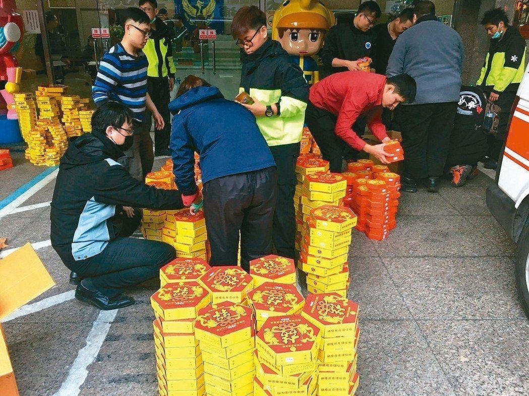 新莊分隊陳姓隊員表示,這批火藥量是近期發現最多的,若不慎點燃,直徑一百公尺都會受...