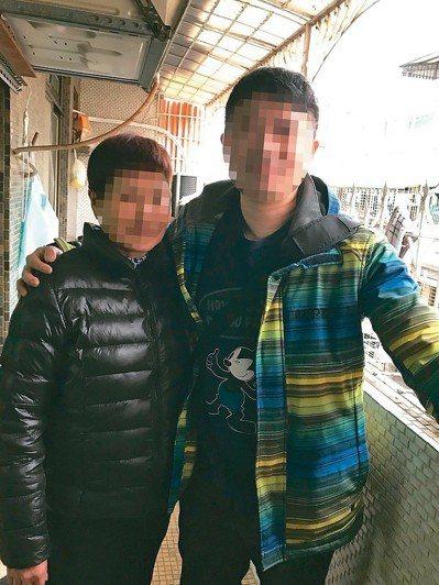 林姓男子(右)與母親重逢。 圖/海山警分局提供