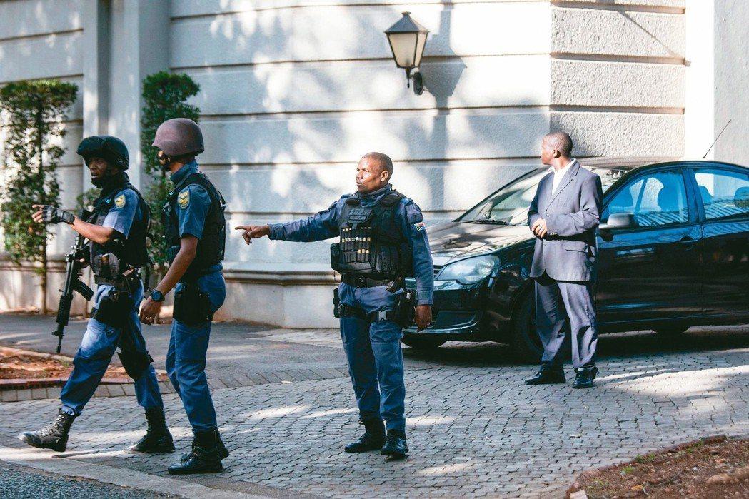 南非反貪警察14日清晨搜索古普塔家族位於約翰尼斯堡的豪宅。 (法新社)