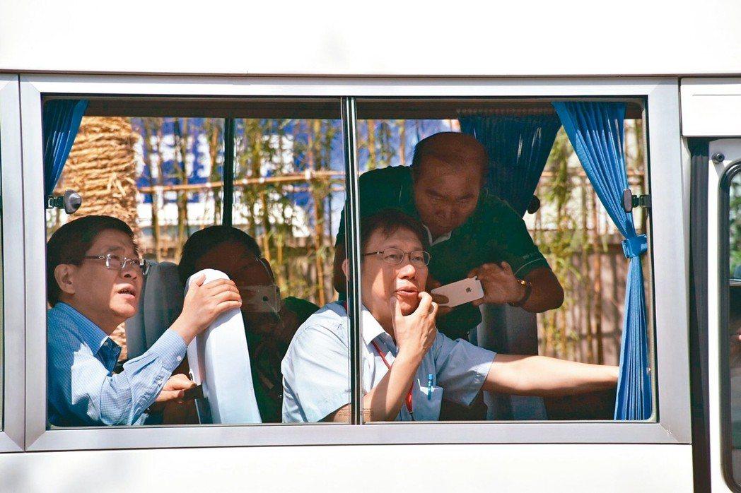台北市長柯文哲二○一五年赴上海參觀四行倉庫,上海台辦主任李文輝(左)為他解說。 ...