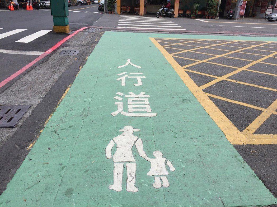 高雄市交通局以交通寧靜區概念劃設標線型人行道,希望保障行人行的安全。記者楊濡嘉/...
