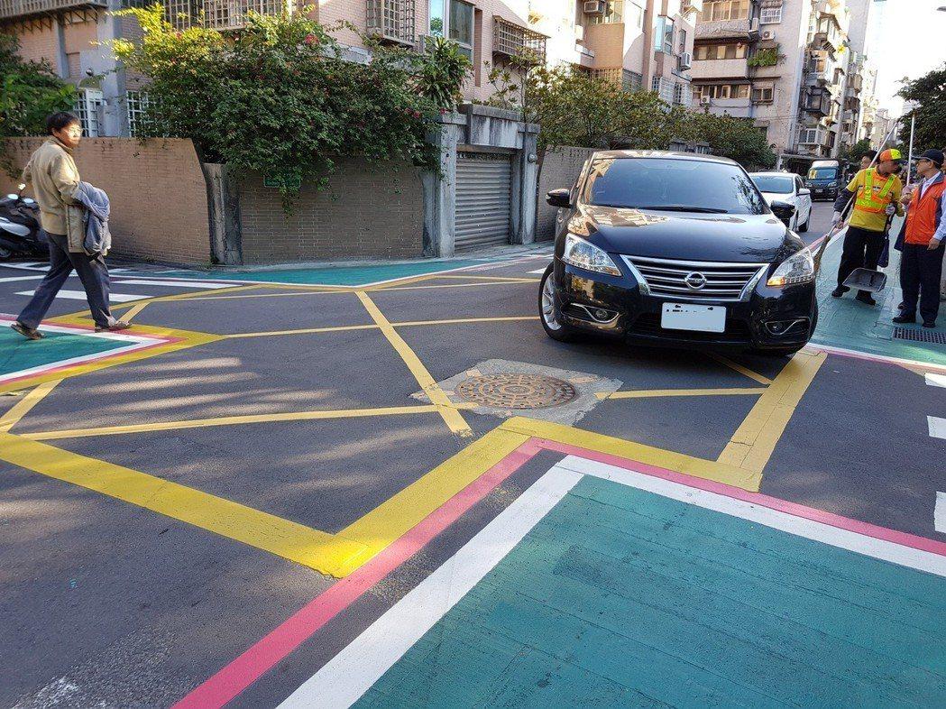 北市交通局將「交通寧靜區」概念融入「鄰里交通環境改善計畫」,如大安區大學里會以標...