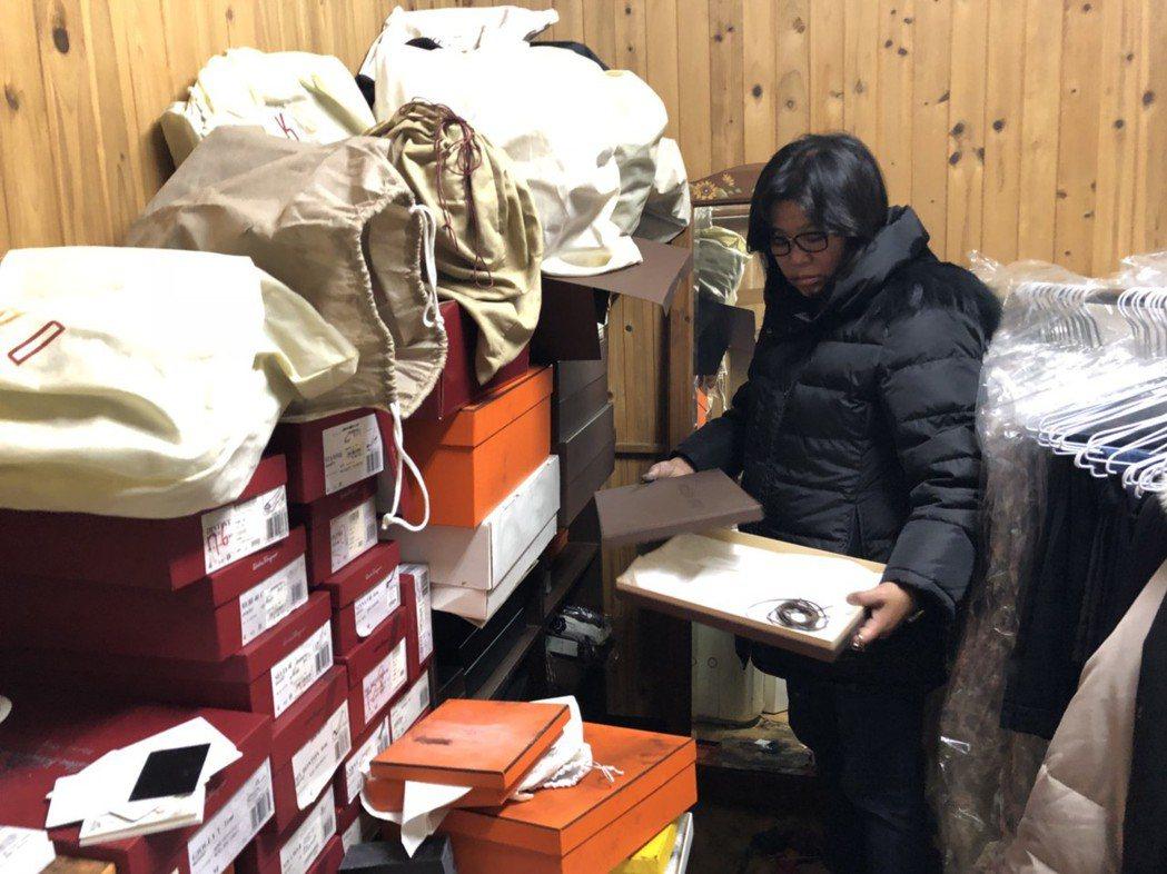 卅七歲王姓男子闖進嘉義市議員王美惠服務處行竊,偷走多件精品、紀念飾品等,王美惠一...