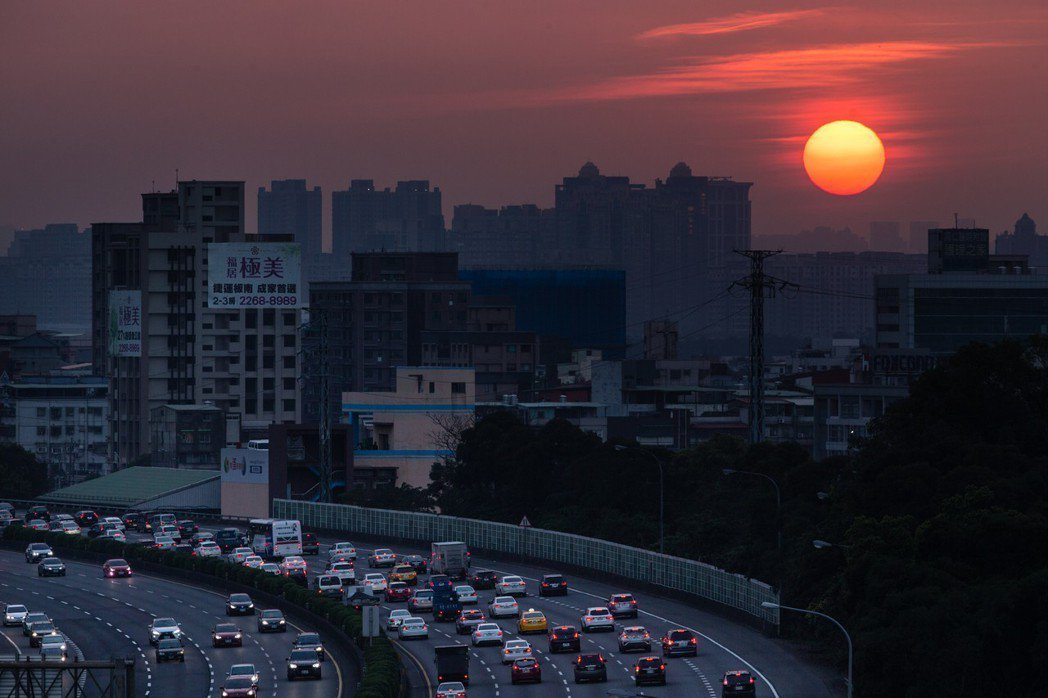 春節六天連假登場,昨下班時段國道三號南下方向開始出現返鄉車潮。記者王騰毅/攝影