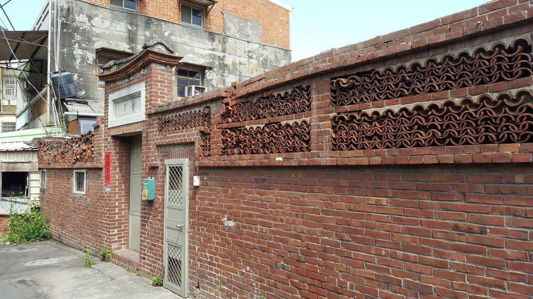 鹿港鎮清代武秀才許梅舫家族的古厝頤園去年也被無聲無息的拆掉了,只留下大門立面。 ...