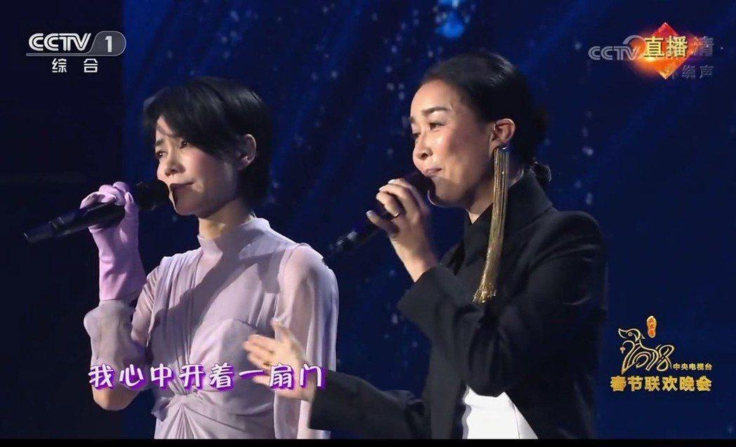 大陸春晚王菲(左)與那英合唱「歲月」,備受矚目。 圖/翻攝自央視春晚直播畫面